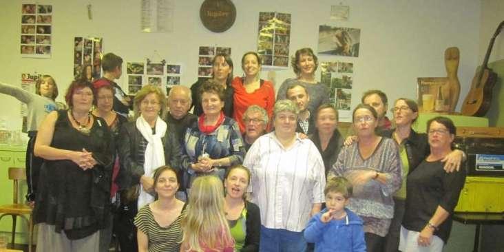 la-famille-seguy-paulette-au-centre-avec-une-echarpe-rouge-et-danciens-serveurs-et-serveuses